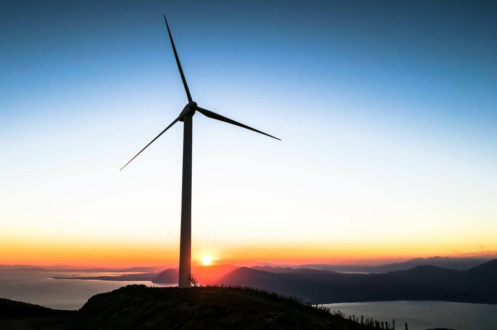 Ett vindkraftverk som producerar hållbar energi